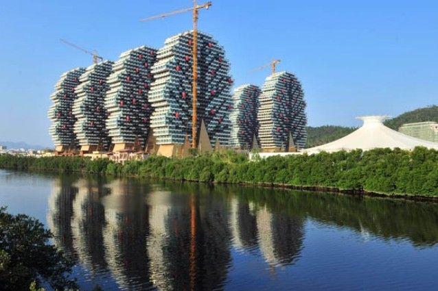 Un Hotel di Lego in Cina: il Sanya Beauty Hotel a 7 stelle si ispira agli iconici mattoncini Un complesso di nove edifici, che sembrano alberi con frutta e rami, è il nuovo hotel di lusso in Cina vincitore del Guinness World Record. #architettura #Lego
