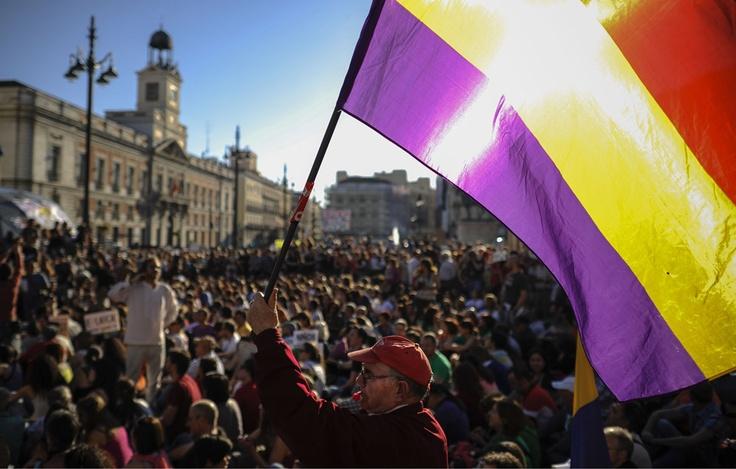 Una bandera republicana ondea en la madrileña Puerta del Sol durante la manifestación del pasado 12-M.