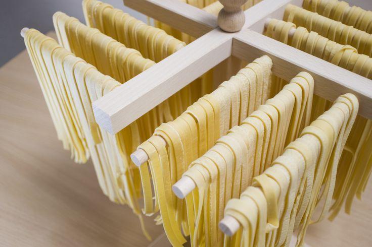 La pasta fatta in casa è una delle azioni pià antiche e più amate in cucina. Vediamo allora come preparare la base per la pasta