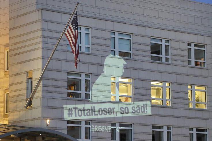 """2. Juni: Eine Projektion der Umweltschutzorganisation Greenpeace mit dem Schriftzug """"#TotalLoser, so sad!"""" (""""Totaler Verlierer, so traurig"""") wird an die Fassade der US-Botschaft gestrahlt. Die Umweltschutzorganisation Greenpeace hat vor der US-Botschaft in Berlin gegen den angekündigten Rückzug der USA aus dem Pariser Klimaschutzabkommen demonstriert. Aktivisten projizierten eigenen Angaben zufolge in Anlehnung an die Twitter-Botschaften von US-Präsident Trump."""
