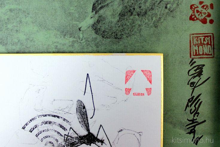 Shikishi mediális grafikai nyomattal keretben kacsával és szúnyoggal - Shikishi mediális grafikai nyomattal keretben kacsával és szúnyoggal. A tradicionális japán tusfestészet és a tekercsképek világának megidézésével használt külső jegyek és motívumok keverednek a kortárs grafika, a graffiti és a street – art...