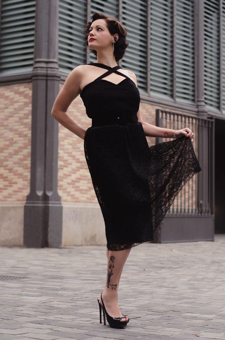 La falda Doris es una sencilla pero elegantísima falda recta de cintura alta hecha de un espectacular tejido de encaje negro con plisado soleil. Cinturilla con goma elástica para que se adapte perfectamente a tu talla y a la altura a la que quieras llevarla. Largo por debajo de la rodilla y forro negro. No necesitarás nada más, la falda Doris será el centro de todos tus looks y de todas las miradas. Combínala con un cinturón y unos buenos tacones y lista!