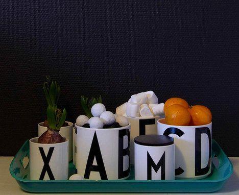 Chcete skladovat potraviny stylově? Dózy jsou skvělý způsob, jak zorganizovat a uspořádat police a dát jim šmrnc. Originální vzhled s typografií od designéra Arne Jacobsena. Průměr je 11,5 cm a cena 1064 Kč; Nordic Day