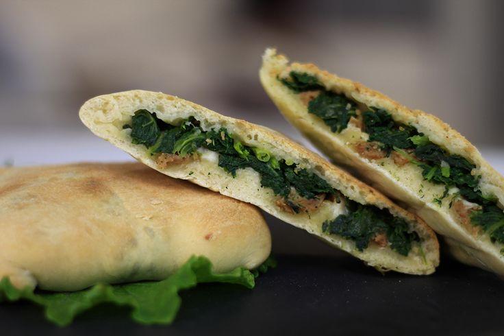Saccottini di pane ripieno, morbidi panini che nascono già con il ripieno all'interno. Come i calzoni, ma di impasto diverso. Ricetta gustosa e originale.