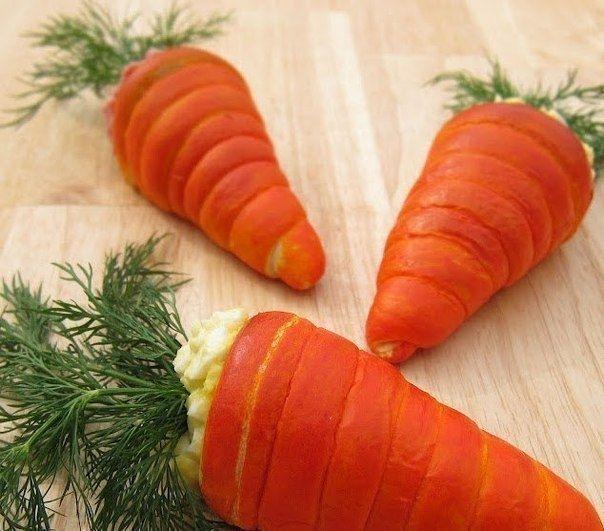 Фото к рецепту: Салат в морковках из слоеного теста.