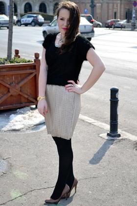 """Hai în """"secta"""" noastră de fane TinaR care îşi poartă fustele plisate peste tot în lume! Denisa, îmbrăcată cu o fustă din colecţia de primăvară, de aici http://www.tinar.ro/fuste.html, ne inspiră luna asta."""