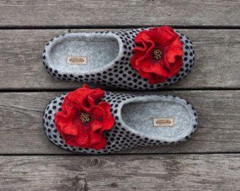 Wolle Filz Hausschuhe staubigen rosa rose nach Hause Schuhe schwarze Tupfen nach Hause Frauen Hausschuhe Frauenschuhe auf Bestellung handgefertigt  Ich habe Schafwolle um zu machen. Hausschuhe sind ohne Nähte gemacht!  Die Sohlen der Pantoffeln fallen mit Gummi, die macht sie nicht rutschig, zu gehen. Sohlen genäht werden.  Dieser Artikel wird auf Bestellung in Handarbeit hergestellt und versandfertig in 10 Tagen nach dem Kauf. Die Hausschuhe können in jeder Größe und Farbe gemacht werden…