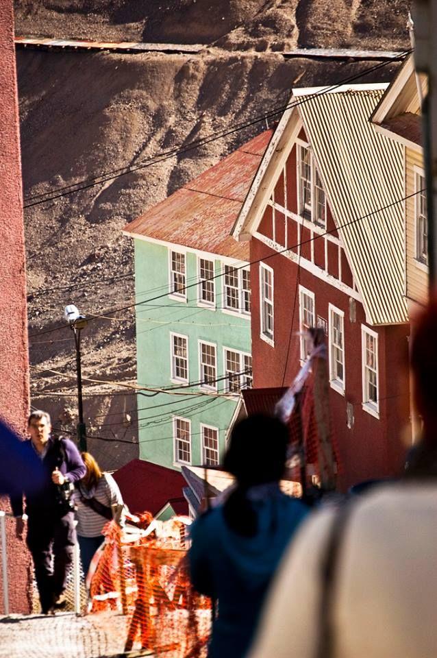 Subiendo y bajando. Foto: Gabriel Britto  http://chile.travel/donde-ir/santiago-y-alrededores/atractivos-del-valle-central/patrimonio-de-la-humanidad-sewell/