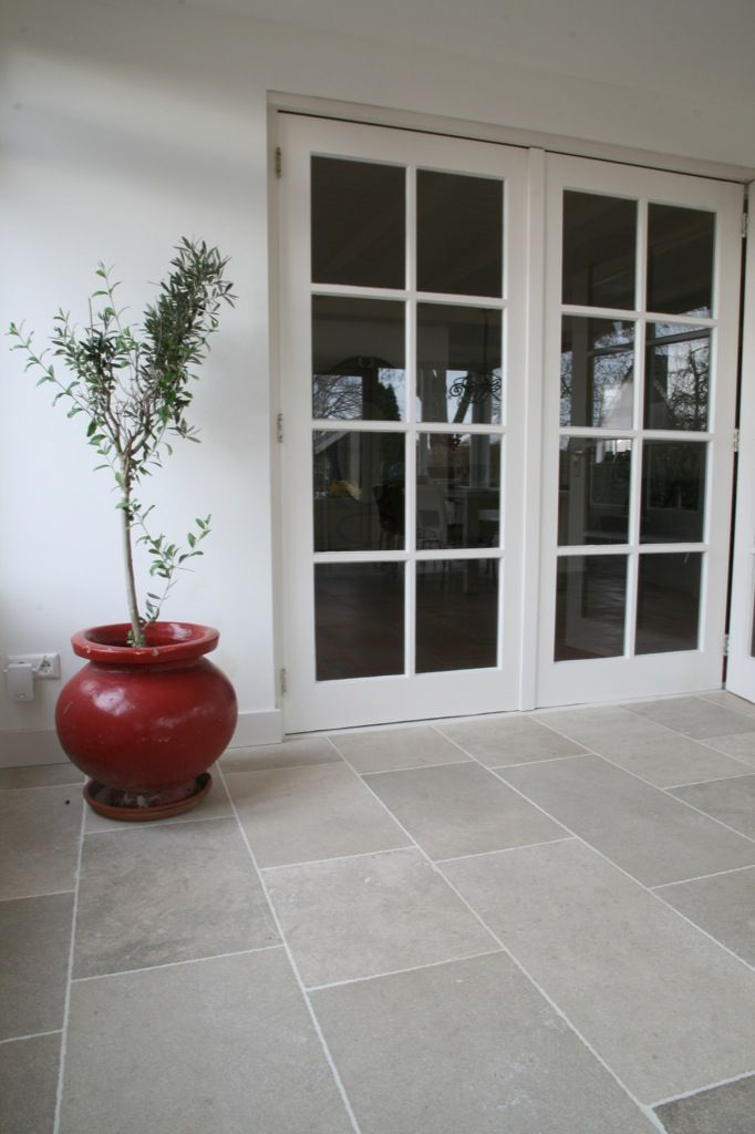 Bourgondische dallen // French limestone Name; Niveaux de Gris Franse kalksteen met mooie lichtbeige/grijze tinten. Available in different sizes and finishings. www.kersbergen.nl
