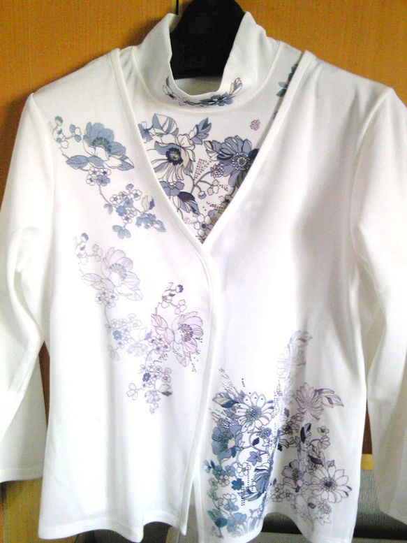 -Nagaoka- テクノファイン アンサンブルハイネック3分袖TシャツとV襟カーディガンのアンサンブルです。ブルーの小花でデザインした上品で涼しげなアンサン... ハンドメイド、手作り、手仕事品の通販・販売・購入ならCreema。