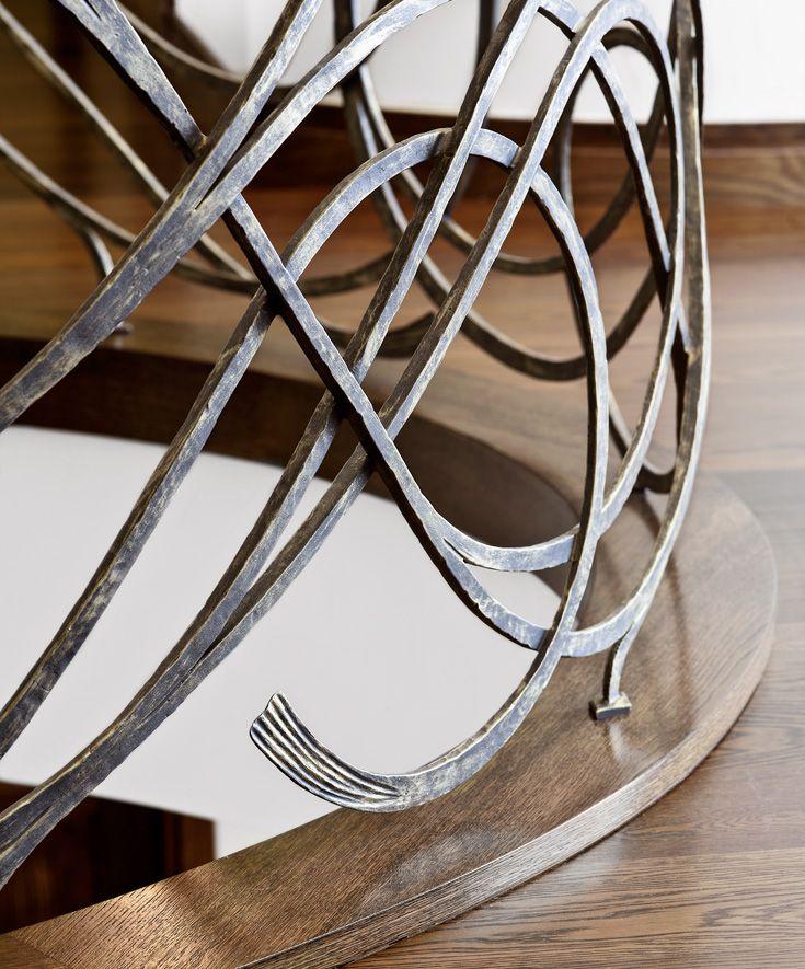 ST810 Łukowe schody dywanowe wykonane z barwionego dębu. Balustrada z ręcznie kutej stali z drewnianymi pochwytami. Realizacja wykonana w domu prywatnym , projekt – TRĄBCZYŃSKI
