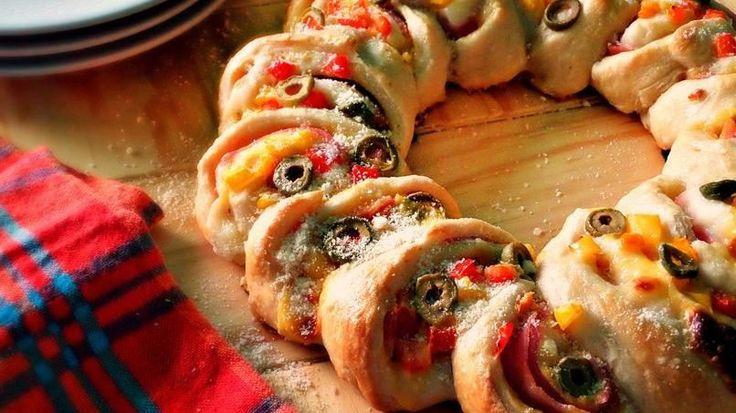 ¿Quién dijo que la rosca para el Día de Reyes solo puede ser dulce? Convierte tu celebración del Día de Reyes en un festín de roscas, y ofrécele a tu familia esta rosca rellena de jamón y queso. Con la masa para pizza refrigerada, esta rosca salada estará lista en menos de media hora. Deja que los niños te ayuden a adornar la rosca con pimientos de colores y aceitunas en rebanadas.