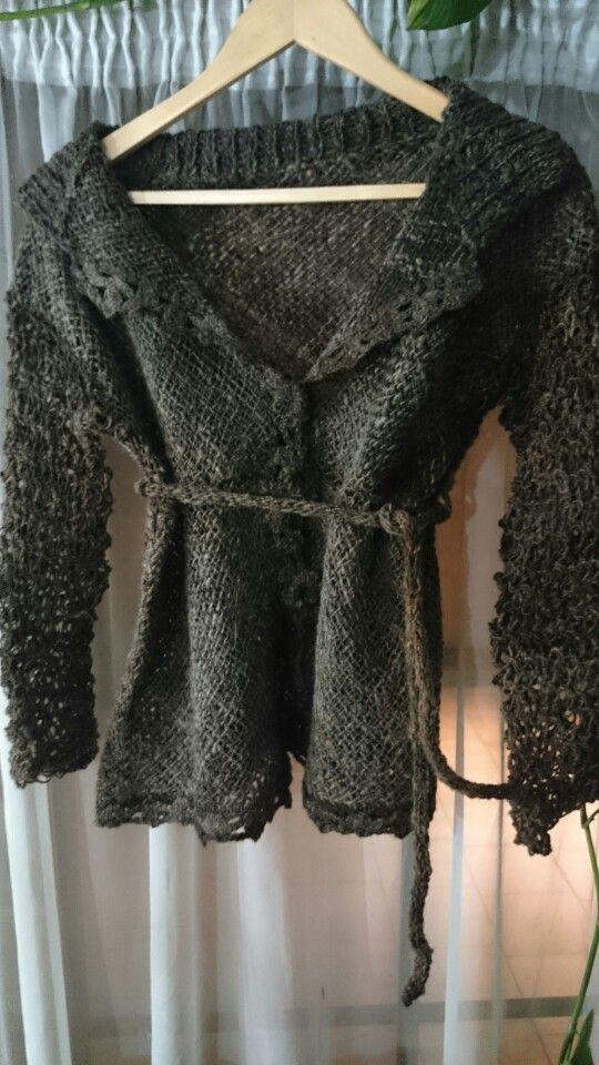 Chaqueta de lana cruda, tecnica mixta, telar, dos agujas y crochet