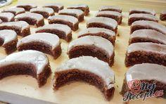 Vánoční ořechově čokoládové cukroví s rumovou polevou. Z uvedené dávky vyjde cca 120 ks malých měsíčků.