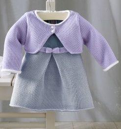 Jolie robe de princesse pour bébé de 3 à 24 mois. Aiguilles N°2,5 et 3. Trouvé ici Explications PDF
