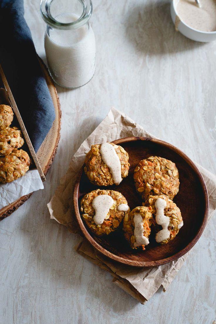 Cenouras reais, passas, gengibre, raspas de limão e nozes são embalados nestes biscoitos de bolo de cenoura saudável chuviscada com uma crosta de manteiga de amêndoa de queijo creme.