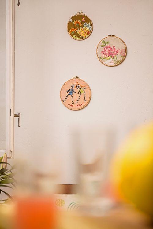 Kostenlose Anleitung: Stickbilder mit Blumen und Kinderzeichnung - Initiative Handarbeit