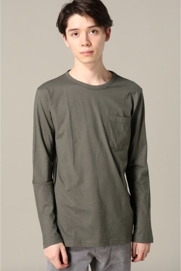 pyjamals crew  pyjamals crew 7020 やや広がった上品なクルーネックにスッキリとしたシルエットのLSポケットTシャツ 上質なエジプト綿を使用し滑らかな肌触りでとても気持ちの良い着心地です また長く愛用した際もヨレにくくシンプルだからこそ素材の良さが堪能していただけます インナーだけでなく一枚でも着ることのできる汎用性の高いアイテム PYJAMA CLOTHING/ピジャマクロージング 1908年ベルギー北部にて肌着メーカーとしてスタートしたファクトリーから端を発したブランドです 後に品質の高さが認められコレクションブランドのカットソー部門を請け負うなど実績を積み重ねます コットンの中でも特に高級素材とされるエジプト綿を使用し特殊な編み立てによってPyjama Clothing でしか味わえない 肌触りの良さを実現し 毎シーズン提案する型カラーは年齢を問わず様々なスタイル層に支持されています モデルサイズ:身長:177cm バスト:80cm ウェスト:66cm ヒップ:84cm 着用サイズ:M