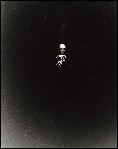Into the Darkness Seduction...Nosferatu...inquietante la forma que tiene de salir de la oscuridad....parece casi que nace de ella.