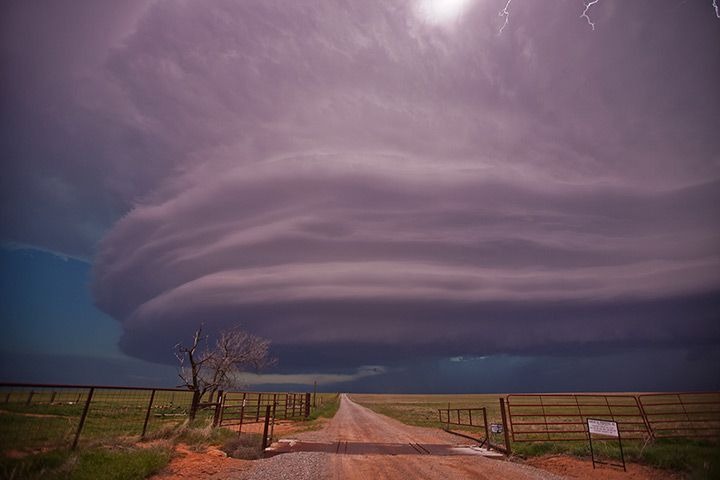 A supercell thunderstorm creates the classic stack-of-plates formation in Clinton, Oklahoma Photograph: Roger Hill