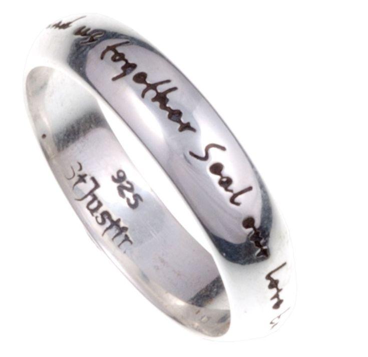Cette bague en argent symbolise l'amour éternel.