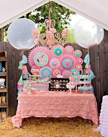 Πάρτι για τα μικρά κορίτσια με θέμα το αγαπημένο τους Πόνυ!Χρησιμοποιήστε κούκλες πόνυ – υφασμάτινες γιρλάντες, στάχυα, ξύλινες παλέτες και πολλά γλυκίσματα, τούρτες και το πάρτι θα είναι πολύ πετυχημένο.