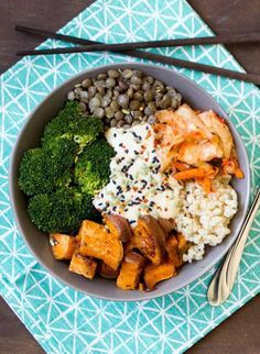 riz brun + quinoa + lentilles + patate douce + brocoli + graines de sésame sauce : miso + tahini + jus de citron