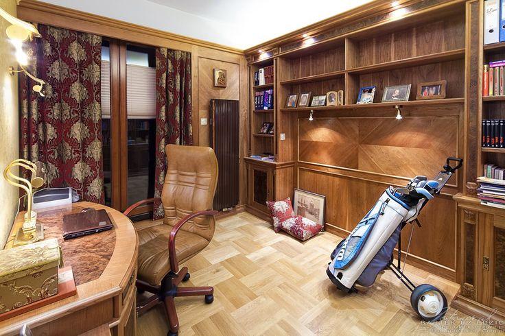 zdjecia-domow-apartamentow-na-sprzedaz-pokoj-biurowy-na-zdjeciu-polki-z-ksiazkami-biurko-wozek-golfowy