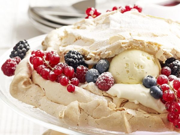 Pavlova met witte chocolademousse en ijs - Libelle Lekker!