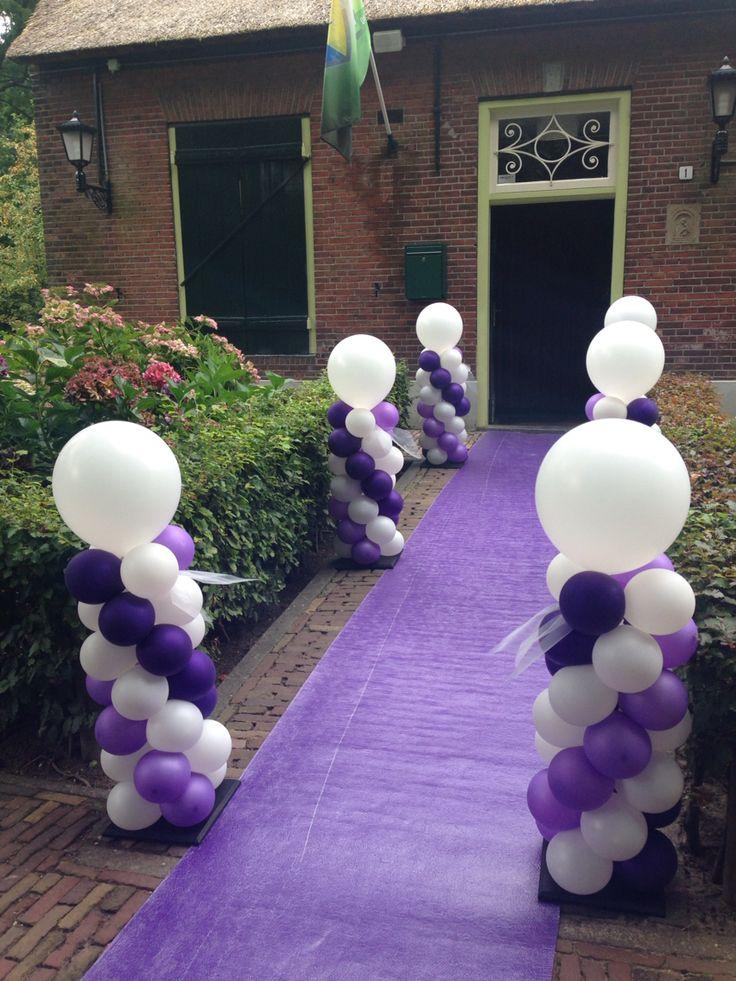 Mini ballonpilaren langs paarse loper bruiloft
