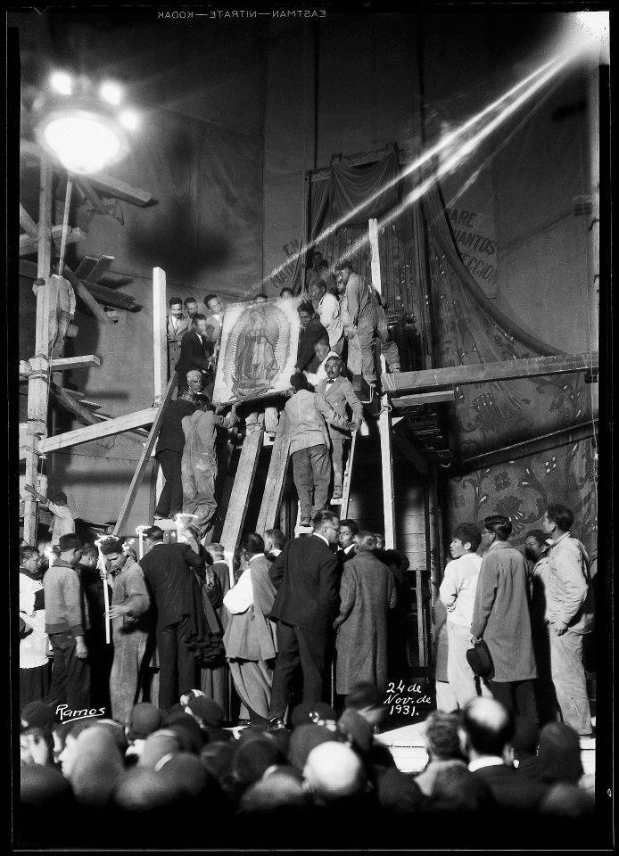 """Traslado de la imagen de la Virgen de Guadalupe de la antigua """"capilla de Indios"""" a la basílica, la cual fue remozada con motivo del IV Centenario de las apariciones guadalupanas. Ciudad de México, 24 de noviembre de 1931. #VirgendeGuadalupe"""