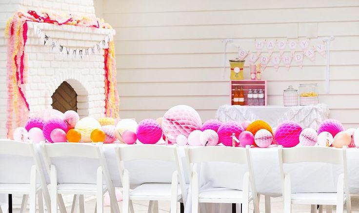 anniversaire de petite fille thématique - château blanc, table décorée de guirlandes en pompons et un petit candy bar