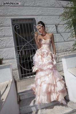 http://www.lemienozze.it/gallerie/foto-abiti-da-sposa/img31156.html Abito da sposa color pesca con corpetto stretto in pizzo