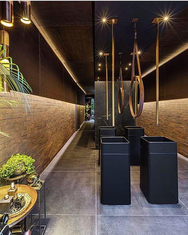 WEBSTA @ officinadeluxo - Banhos públicos Casa Cor Goiás!! #casacorgoias #interiores #design #ambientes #iluminação #decor #banheiro #casacorgoias2016 #decoração #revestimento #bwc #louças #metais #deca