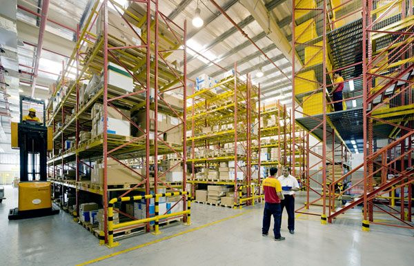 Imagem de http://confitech.co/wp-content/uploads/2013/05/dhl-supplychain-warehouse.jpg.