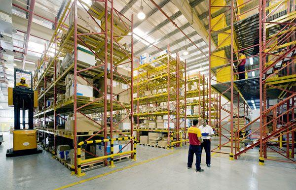 Imagem de http://confitech.co/wp-content/uploads/2013/05/dhl-supplychain-warehouse.jpg.
