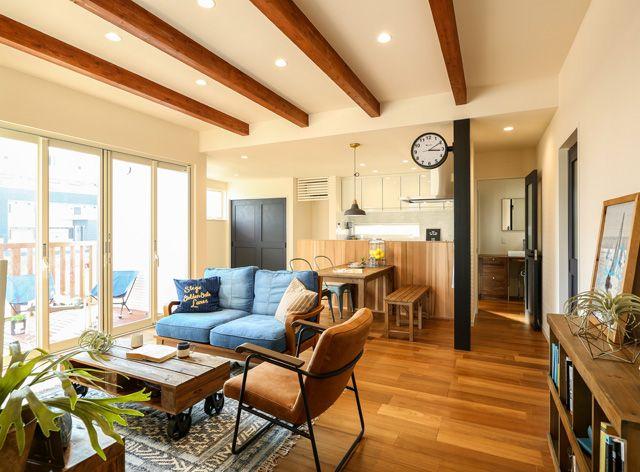 あらわし梁と折上げ天井がリゾート感溢れるldk空間を演出 アキュラホーム 施工事例 西海岸のリゾート感あふれる家 注文住宅のハウスネットギャラリー リビング 天井