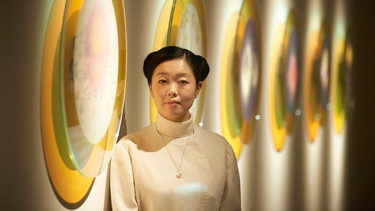 Futuristische kostuums, oude architectuur, Manga strips, Japanse popcultuur en kunstgeschiedenis. Het werk van de Japanse kunstenaar Mariko Mori laat onze verbondenheid met heden, verleden en toekomst zien.