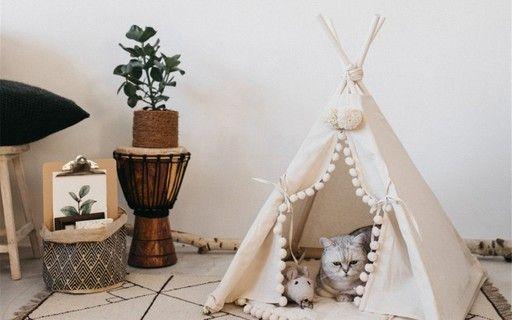 Una casa para gatos con un diseño integrado.