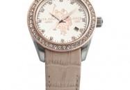 Elegant en verfijnd horloge voor 'the lady', met chique bezetting van steentjes op de rand en als urenindex. Deze uitvoering heeft een edelstalen kast en lederen band in creme.