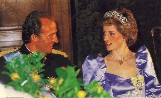 1986-04-24 Diana and King Juan Carlos at the Spanish Embassy Banquet in London