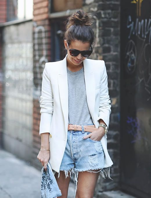 """Blazer Branco: Como Usar? Para ajudar, separei várias imagens de looks com blazer branco, dos mais casuais aos mais """"arrumadinhos"""". Vamos conferir?!"""
