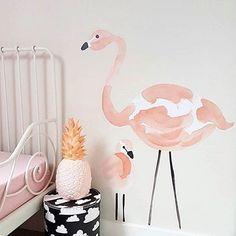 Instagram media lilipinso - Stickers flamant rose sur le mur de Suzan. On adore…
