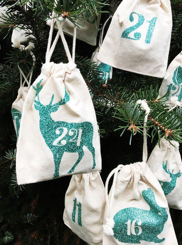 24 individuell bedruckte Adventskalendersäckchen mit schönen Waldmotiven in weihnachtlich glitzerndem türkisgrün. Maße pro Säckchen ca 10x14 cm mit Zuziehkordel. 100% Baumwolle Auf Anfrage auch...