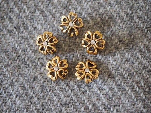 金属製のように見える樹脂製の軽いボタンです。きれいなゴールドカラーのハート型の花びらの中心にラインストーンがあしらわれたデザインです。ブラウスやシャツなどに向...|ハンドメイド、手作り、手仕事品の通販・販売・購入ならCreema。