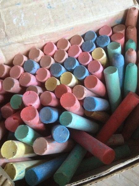 Uma das minhas maiores paixões na infância, giz colorido. Era tão apaixonada que ganhei uma lousa e um caixinha de giz só pra mim :)