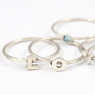 Alfabet ring. <3  Draag de initialen van je kinderen, je geliefde, beste vriendin of jezelf subtiel om je vingers met deze fijne alfabet ringen.