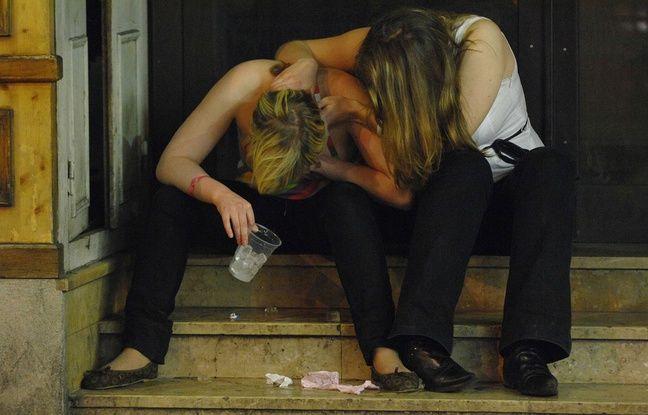 Jeunes filles ivres à Paris.