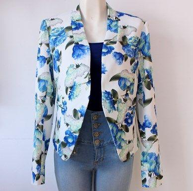 #Blazer blanco con #flores azules
