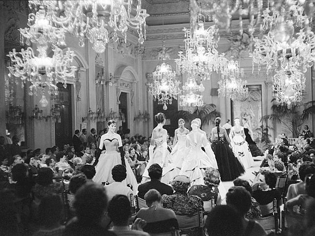 Sala Bianca di Palazzo Pitti, Florence 1955 | Archivio Giorgini Photo by G.M. Fadigati © Giorgini Archive.